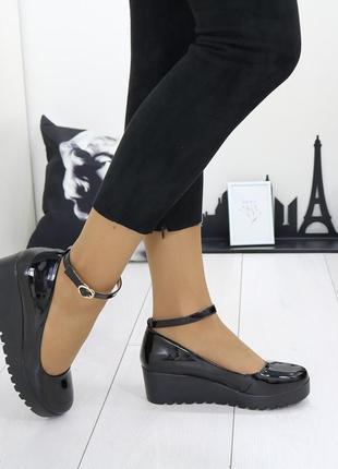 Туфли чёрные лакированные на танкетке