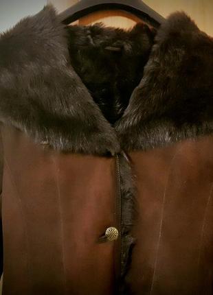 Длинная коричневая дубленка с черными меховыми вставками