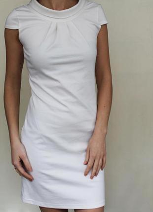 Белое платье с воротником