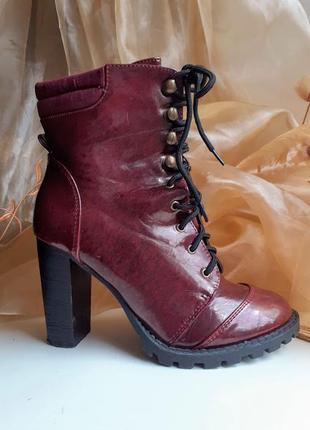 Бордовые лаковые ботинки на каблуке со шнуровкой atmosphere