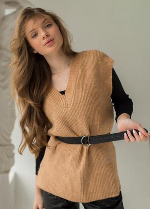 Женская жилетка с удлиненной спинкой и стильными распорками