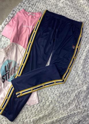 Спортивные штаны с лампасами на кнопках fila for urban outfitters