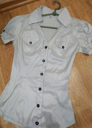 Блуза с коротким рукавом.