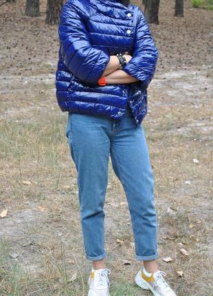 Лаковая синяя демисезонная куртка пуховик