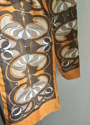 Элегантный шарф с узором в стиле арт-деко в оранжево- коричнев...