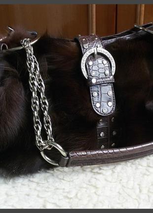 Яркая сумка с натуральным мехом в стиле guess