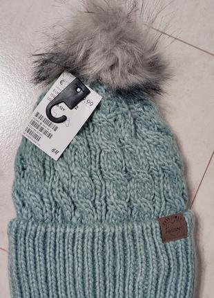 Теплая вязаная шапка с бубоном на девочку подростка