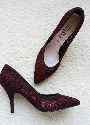 Эффектные  лодочки / туфли цвета марсала с кружевом