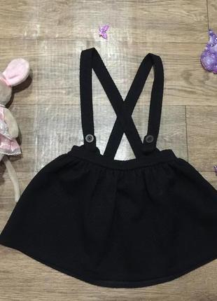Стильная теплая плотная черная юбочка с бретелями,на 4\5 лет