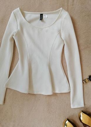 Нежно-белая блузка с баской  divided