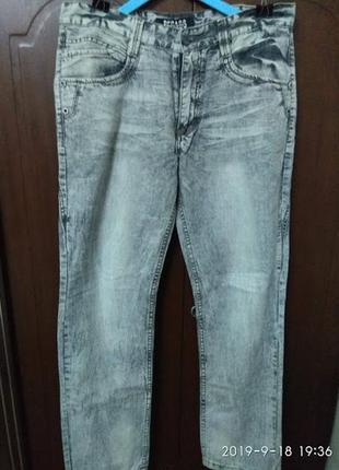 Необычные мраморного цвета джинсы