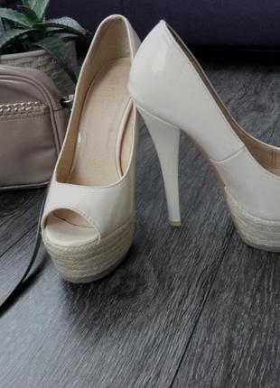 Туфли  босоножки бежевые на каблуке