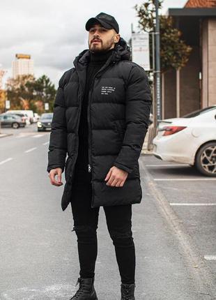 Мужская удлиненная зимняя куртка черного цвета