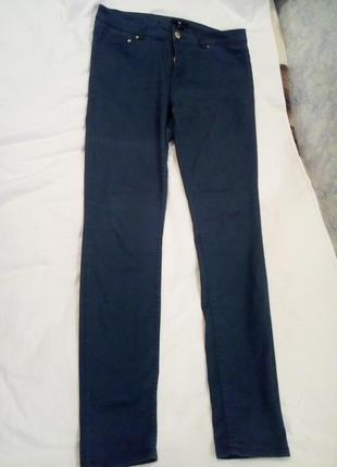 Идеальные темно-зеленые тонкие джинсы.