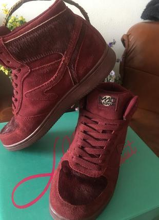 Ботинки замшевые бордового цвета