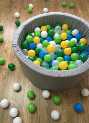 Серый сухой бассейн с разноцветными шариками