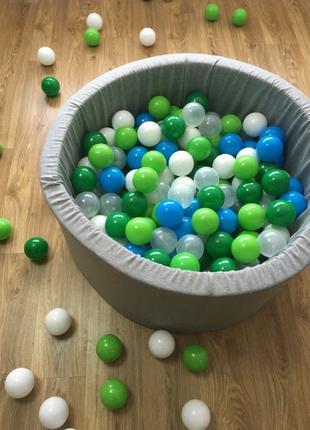 Серый сухой бассейн с шариками для мальчика