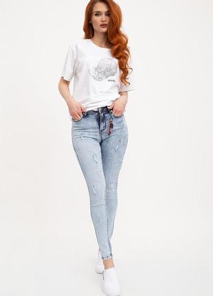 Очень удобные джинсы варенка женские с декором зауженные.