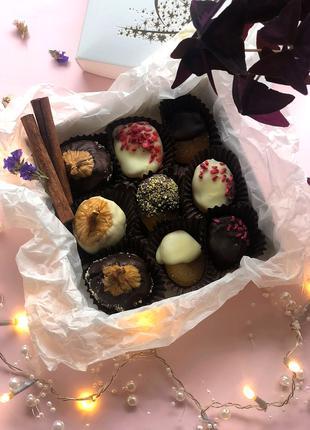 Шоколад, конфеты, сухофрукты в шоколаде,