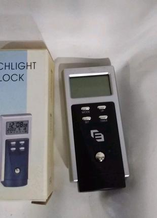 Компактные электронные часы с фонариком.