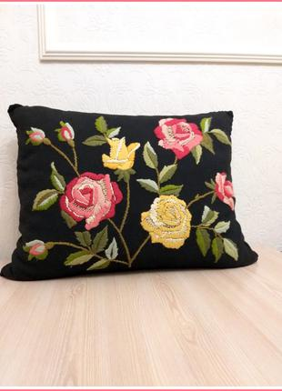 Вышитая декоративная подушка с флористическим рисунком