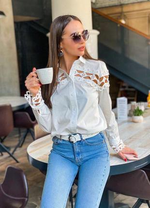 Красивая белая рубашка с кружевом