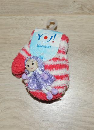 """Махровые варежки с игрушкой в виде куклы """"YO"""""""