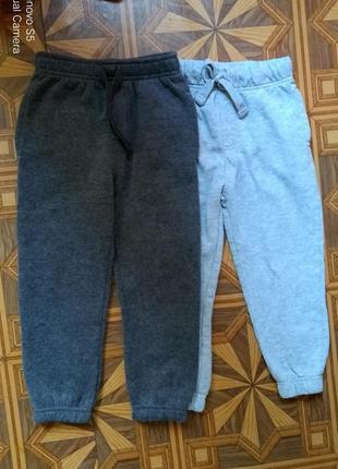 Двое трикотажных штанишек 4-5 лет