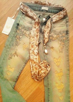 Красивые женские джинсы с дырками applause