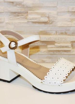 Босоножки белые женские на небольшом каблуке