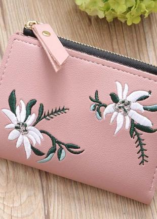 Женский розовый кошелек с вышивкой