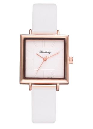 Женские наручные часы с белым ремешком