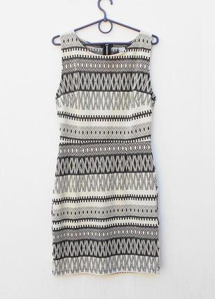 Трикотажное силуэтное  фактурное платье на молнии италия