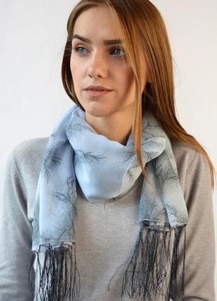 Небольшой легкий шифоновый шарф с кистями серый в наличии