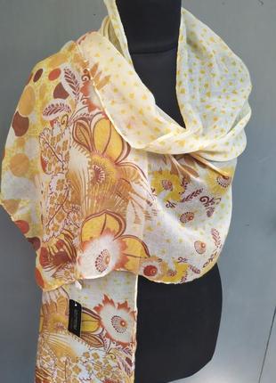 Небольшой легкий шарф с цветочным желто-коричневым принтом