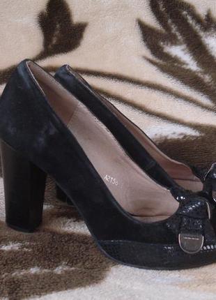 Фирменные туфельки на удобном каблучке 37 р.