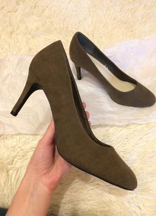Туфли замшевые  new look , хаки на каблуке