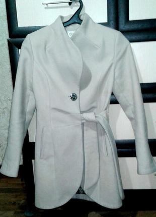 Шикарное пальто молочного цвета