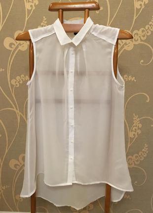Красивая белая блузка.