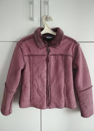 Теплая сиреневая куртка с мехом, укороченная дублёнка
