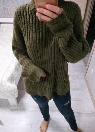 Теплый актуальный свитер воротник стойка хаки