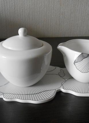 Оригинальный фарфоровый набор: сахарница, молочник и поднос.