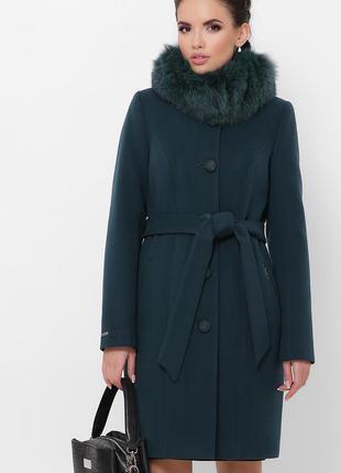 Изумрудное пальто с меховым воротником женское зима