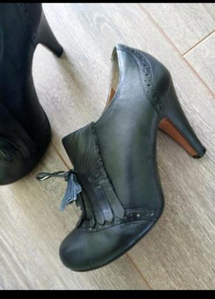 Черные кожаные туфли ботильоны с кисточками и бахрамой