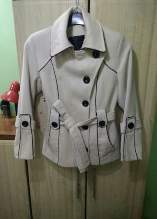 Коротке пальто світло-бежевого кольору