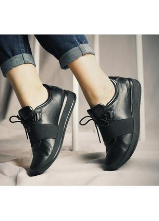 Стильные кожаные женские черные кроссовки с резинкой натуральн...