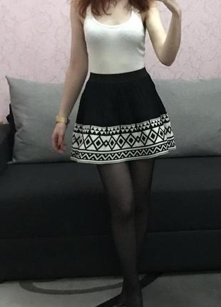 Черная юбка с узором