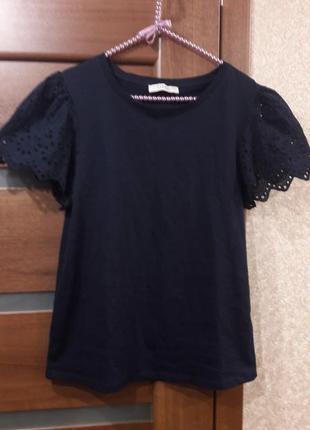 Красивая темно синяя футболка с красивой выбитой отделкой на р...