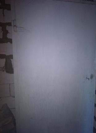 Дверь металлическая входная серая, с замком и луткой
