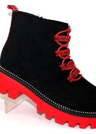 Осенние чёрные женские ботинки на красной подошве